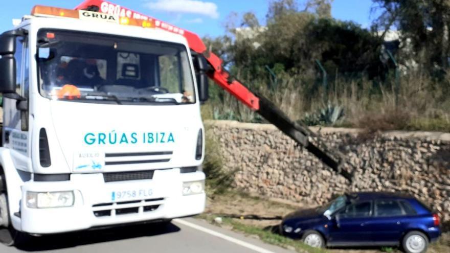 Un vehículo cae por un desnivel de tres metros en Ibiza