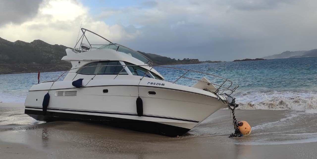 A salvo el yate arrastrado a una playa de Cíes por el temporal