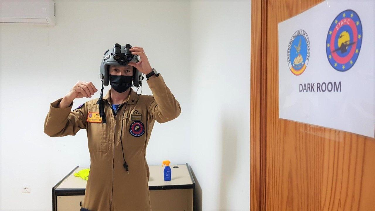 Nicola Ferrario director del curso con la gafas de visi�n nocturna en el cuarto oscuro.jpg