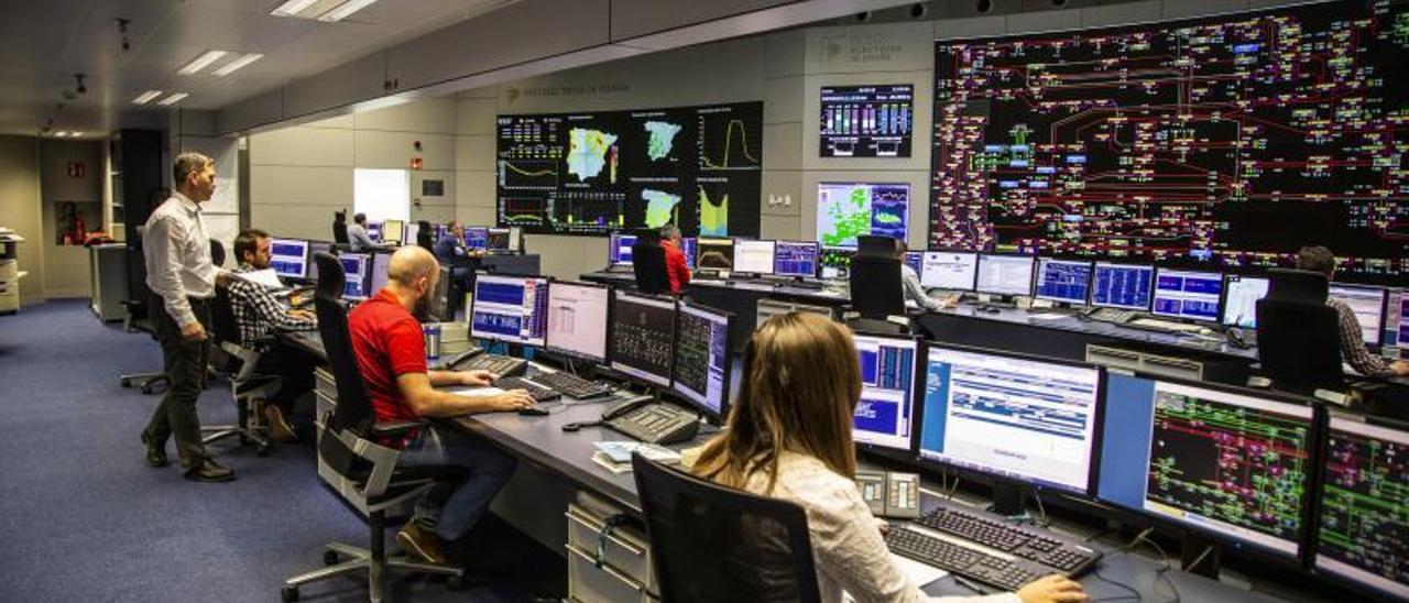 Técnicos en el Centro de  Control de REE en una  imagen de archivo. |   // REE