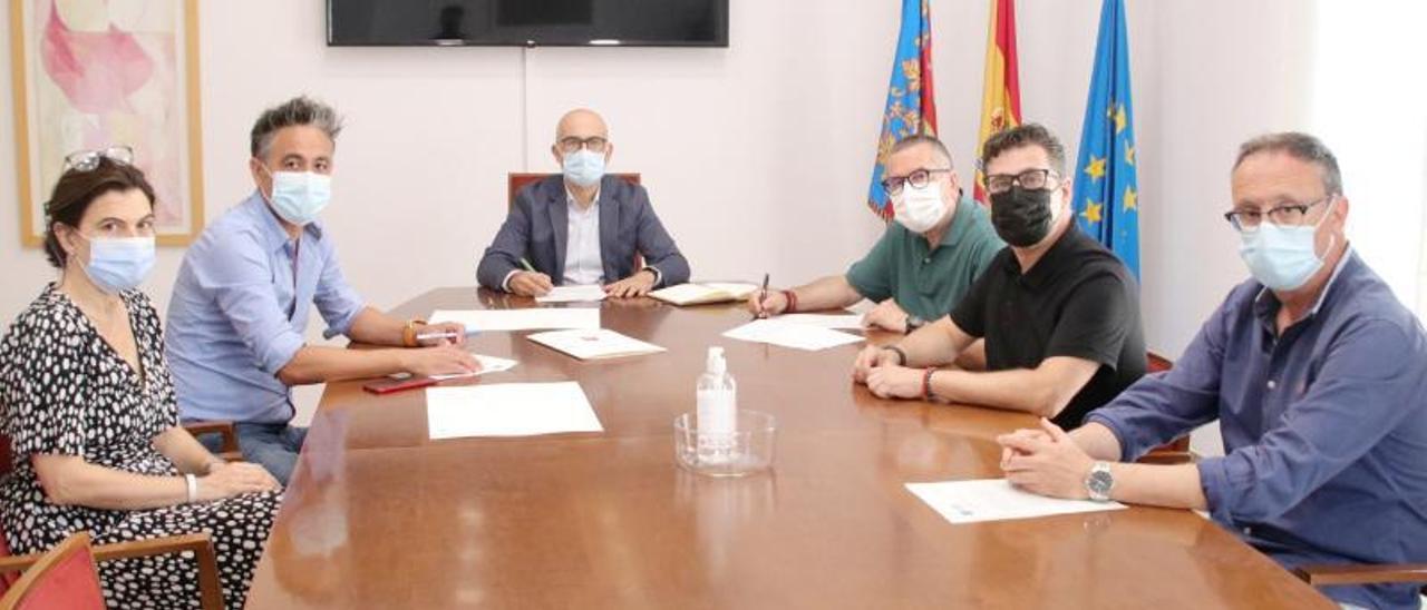 Firma del convenio entre el alcalde y la UTE | A.A.