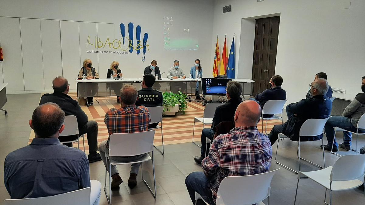 Reunión de ayer en Graus con los alcaldes de Benasque, Sahún, Castejón de Sos, y Campo, entre otros, además de representantes empresariales.