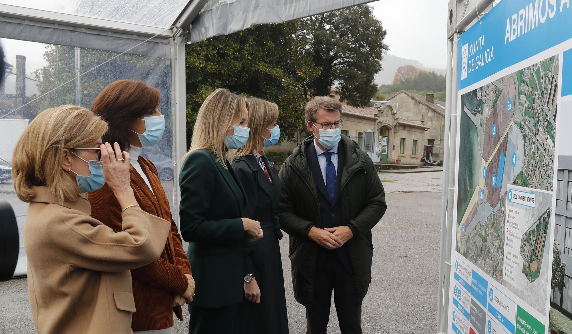 Feijóo, en la ETEA, con Encarnación Rivas, Ángeles Vázquez, Fabiola García y Marta Fernández.