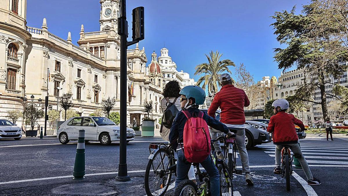 Usuarios de la bicicleta en la Plaza del Ayuntamiento de València. | LEVANTE-EMV