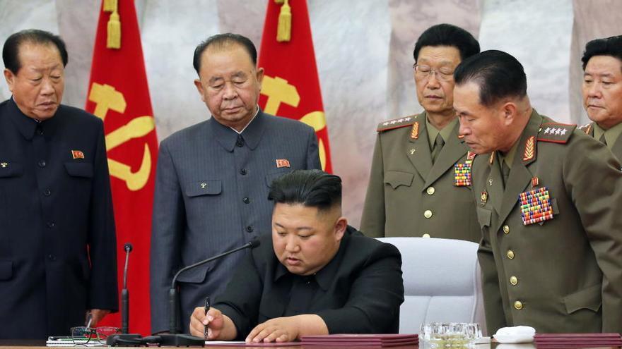 Kim Jong-un reaparece después de tres semanas en una reunión con militares