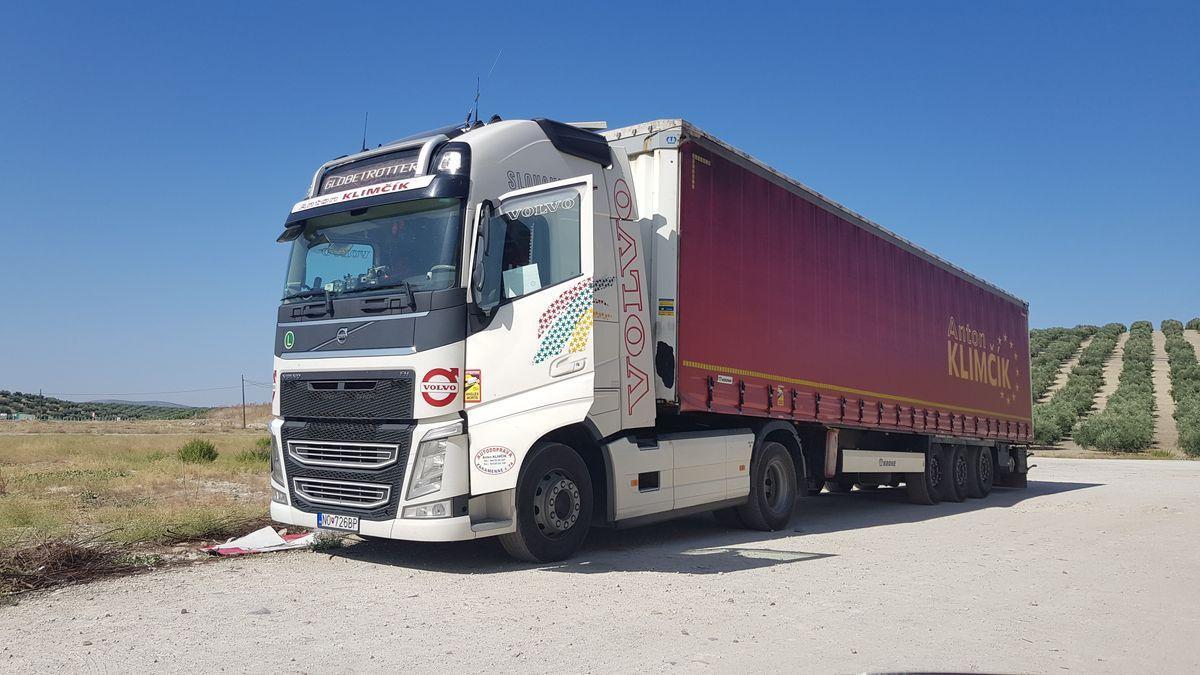 Imagen del trailer que conducía el camionero encontrado muerto en Lucena.