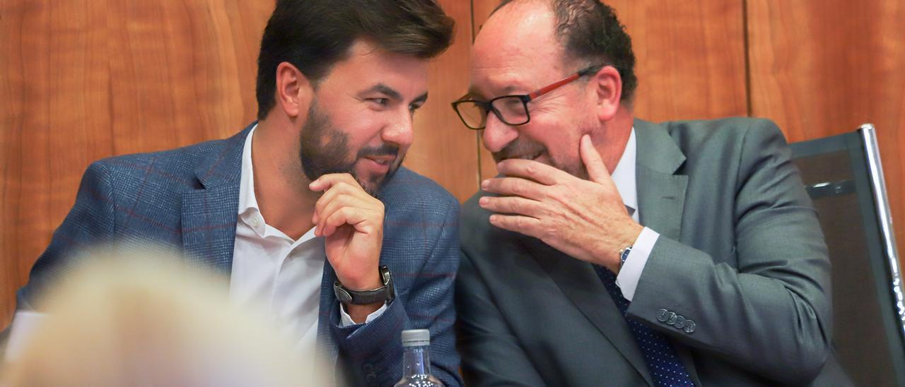 Imagen de archivo de José Aix (Cs) y el alcalde Emilio Bascuñana (PP), en el transcurso de un pleno
