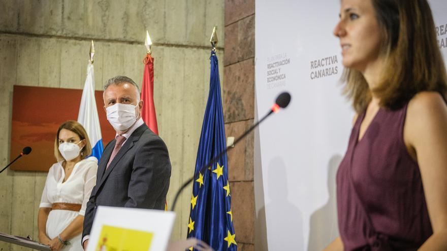 El presidente de Canarias, Ángel Víctor Torres, y la ministra de Derechos Sociales y Agenda 2030, Ione Belarra, firman el convenio