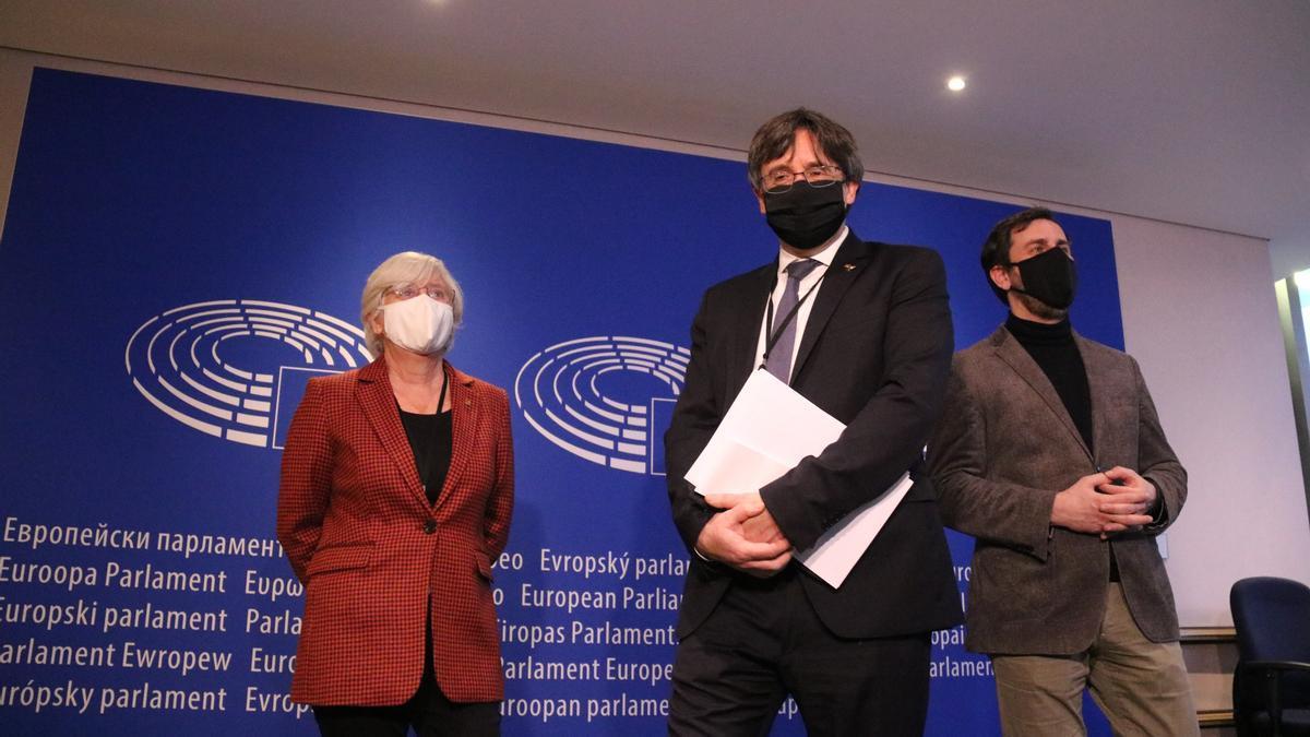 Carles Puigdemont, Clara Ponsatí i Toni Comín a l'entrada de la vista pel suplicarori el 14 de gener de 2021 al Parlament Europeu.