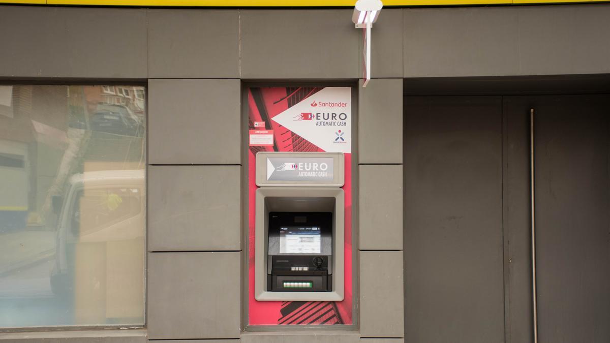 Cajero automático de Correos en oficina de Teruel.