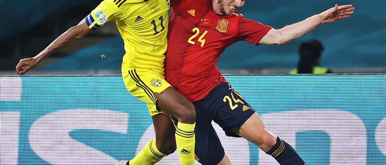 El realista Isak pugna por el balón con Aymeric Laporte, en el partido de La Cartuja.    // KIKO HUESCA