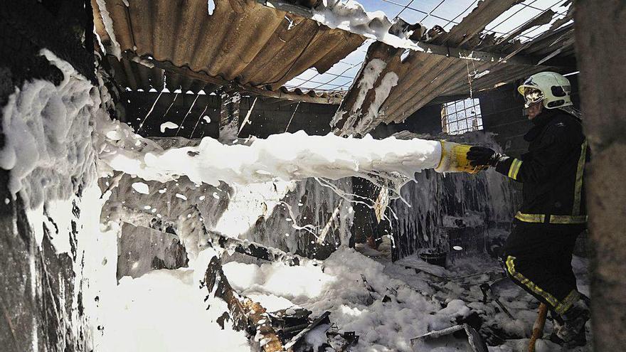 Arde la mitad de un cobertizo para guardar madera y aperos en Ponte