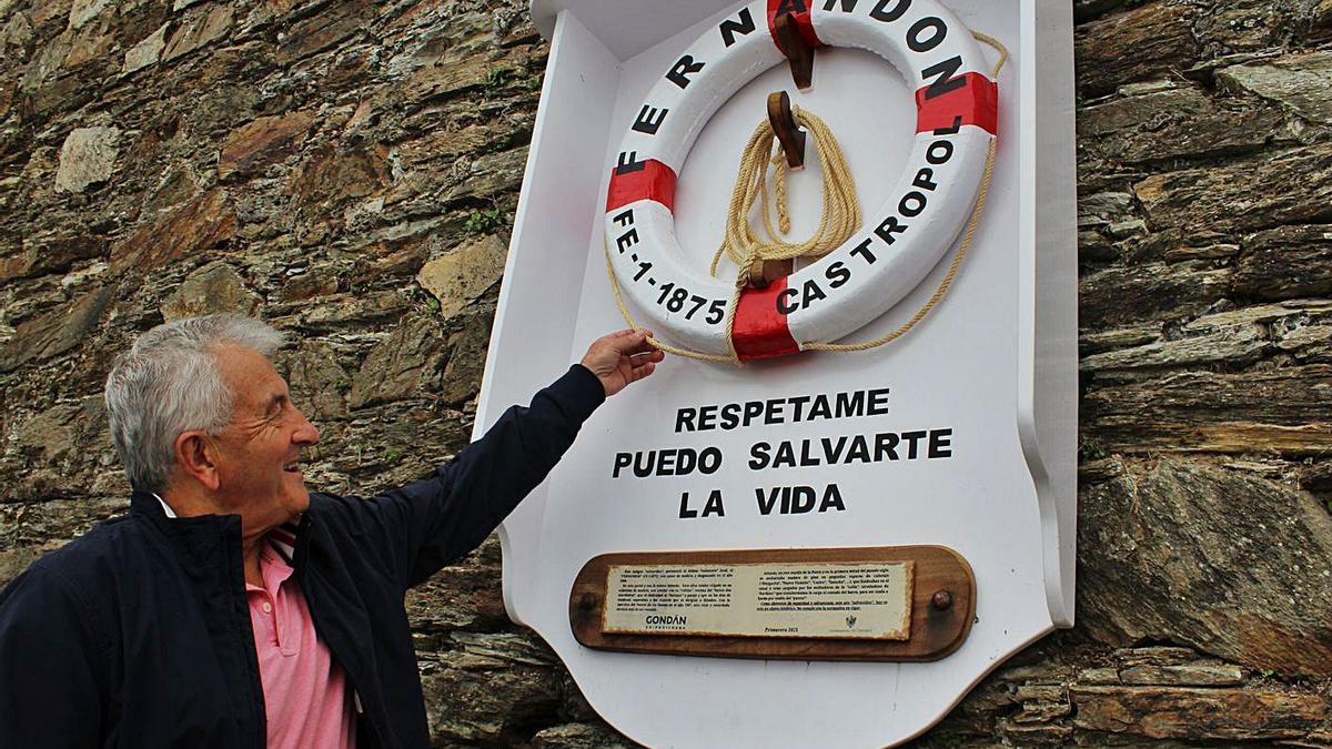 José María Llenderrozos amuesa los detalles del salvavides restauráu. | T. Cascudo
