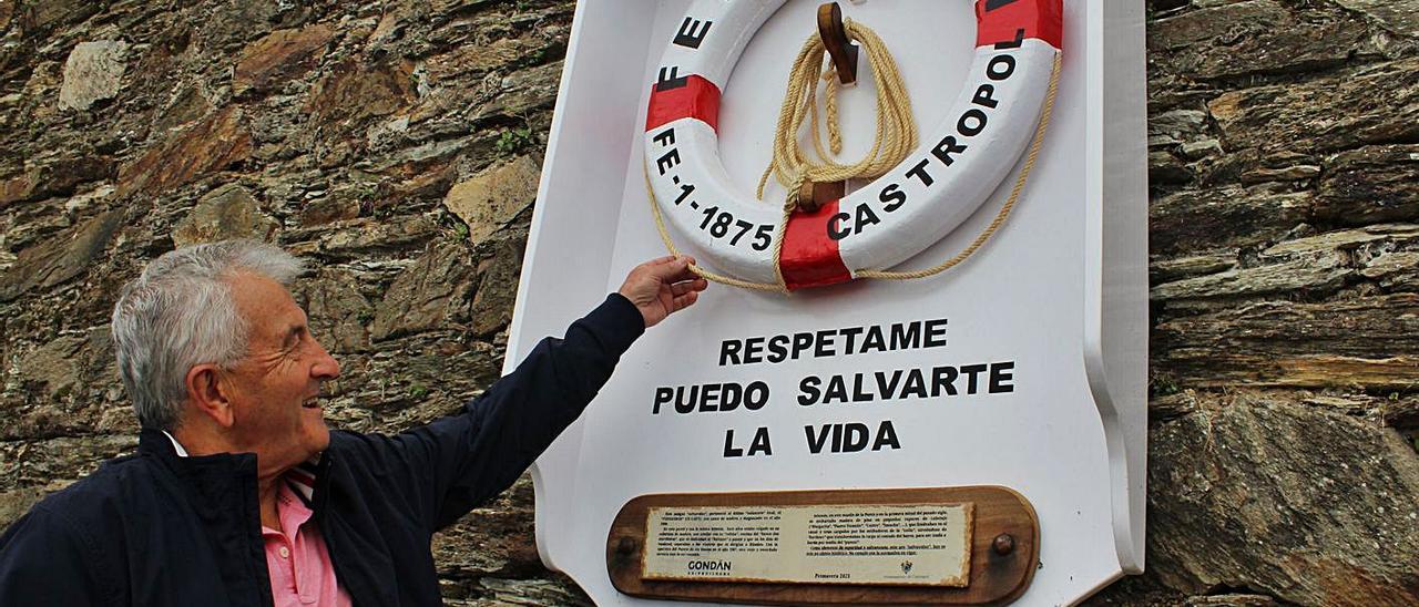 José María Llenderrozos muestra los detalles del salvavidas restaurado.   T. Cascudo