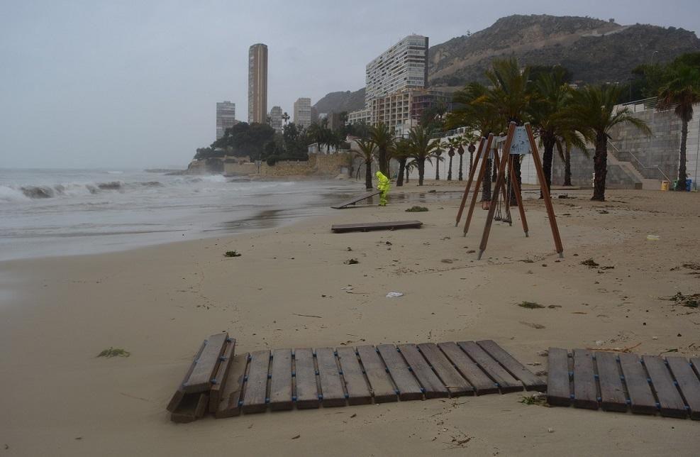 Imágenes de la playa de la Albufereta en Alicante por el temporal de lluvias.