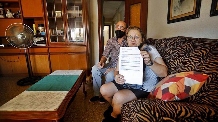 Esther muestra la carta que informa sobre la reducción de la cuantía