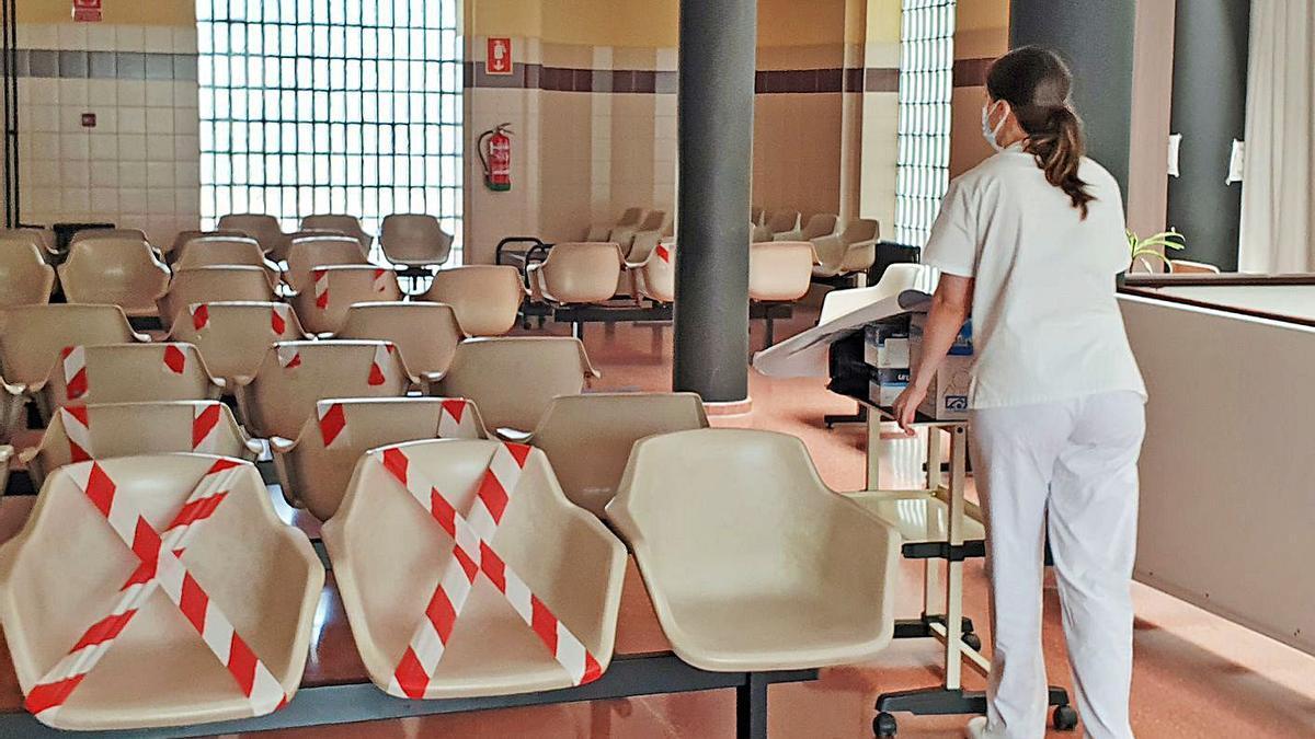 Sala de espera vacía en un centro de salud gallego. |   // MARTA G. BREA