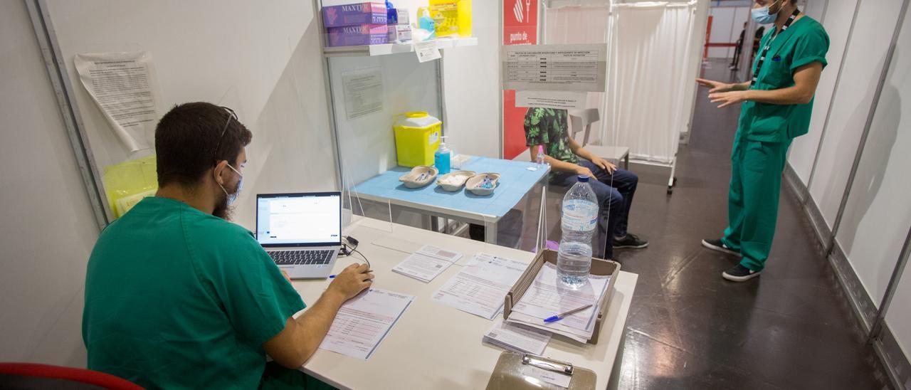 Un joven esperando para vacunarse.