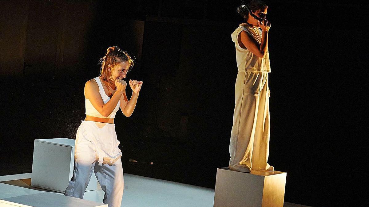 Les actrius Berta Camps i Eva Ferré protagonitzen «Que s'acabi el món és culpa meva». | MARC MARTÍ