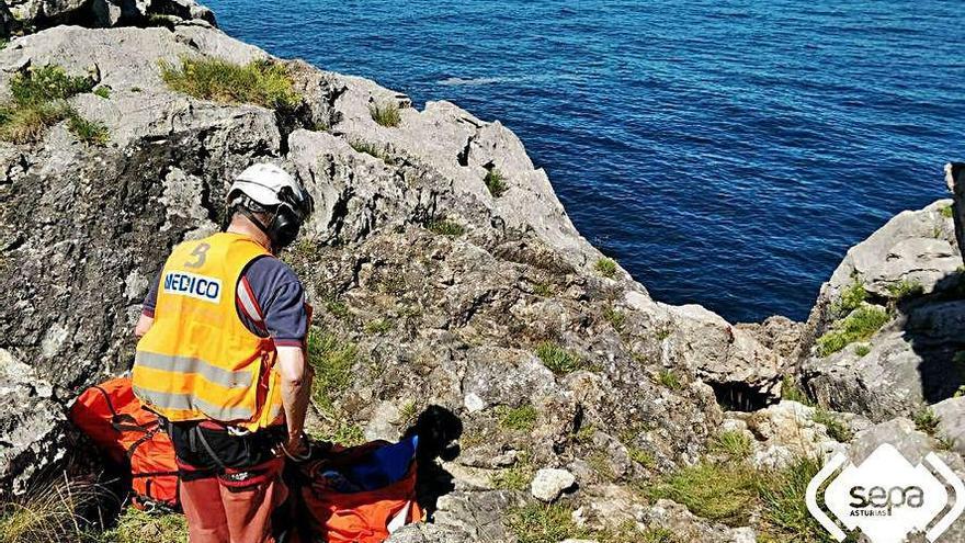 Una caída de 15 metros en Llanes y sendas roturas de tobillo en Cudillero y el Cares