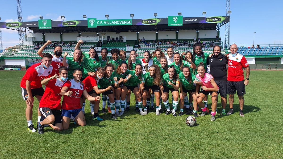 Equipo y cuerpo técnico del Cacereño, celebrando el título.