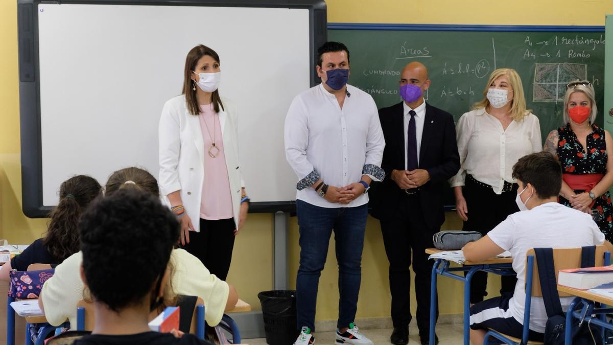 La delegada de Educación y Deporte, Mercedes García Paine; el director del centro Antonio Miguel Lara; y el director de Goli Neuromarketing, José Ruiz Pardo