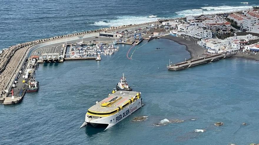 El rescate del barco encallado en Agaete se retrasa por un nuevo escoramiento