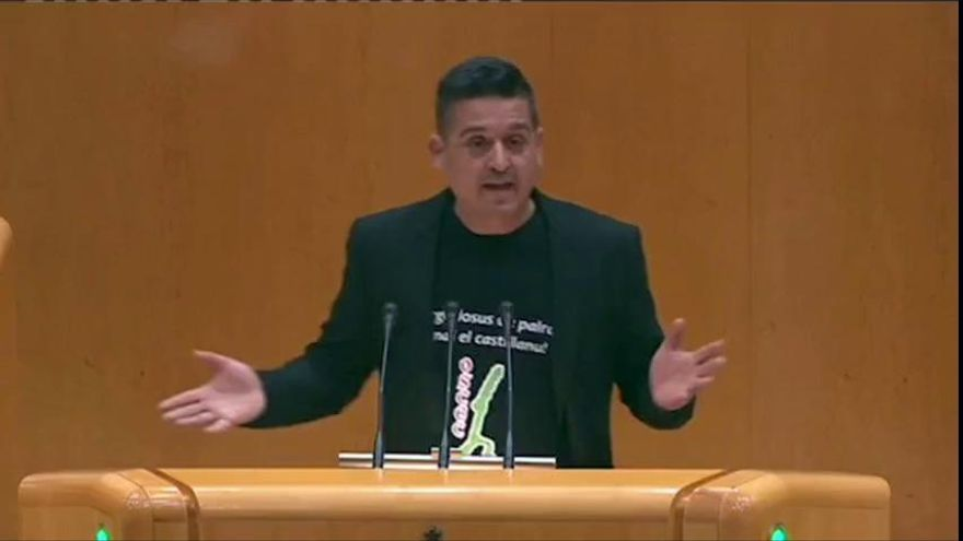 "Un senador de Compromís se pasa un minuto en la tribuna diciendo ""Catalunya"""