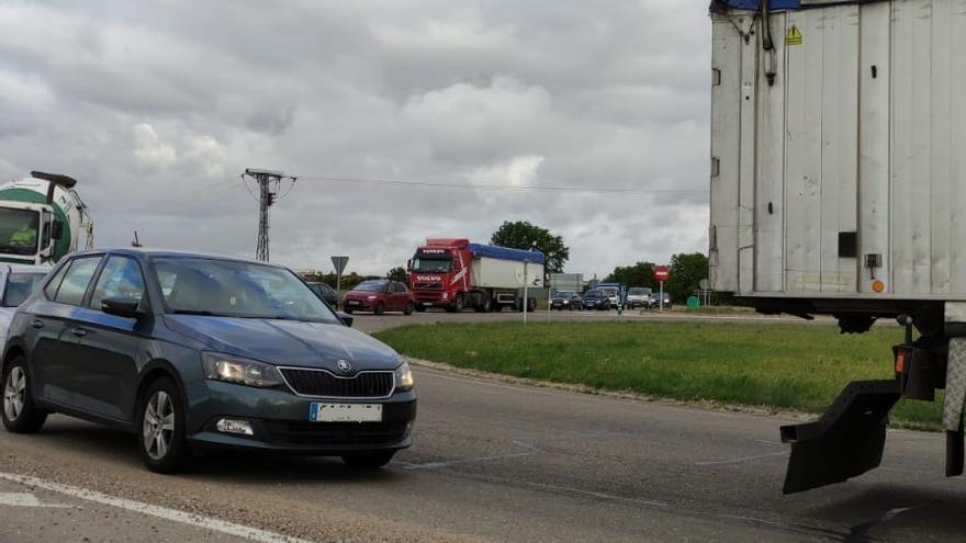 Un accidente provoca atascos en la carretera CL-605, entre Zamora y pueblos del alfoz