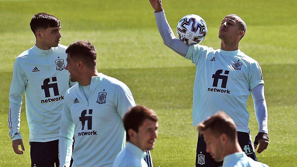 Thiago hace malabarismos con el balón al inicio del entrenamiento de ayer.    EFE/KIKO HUESCA