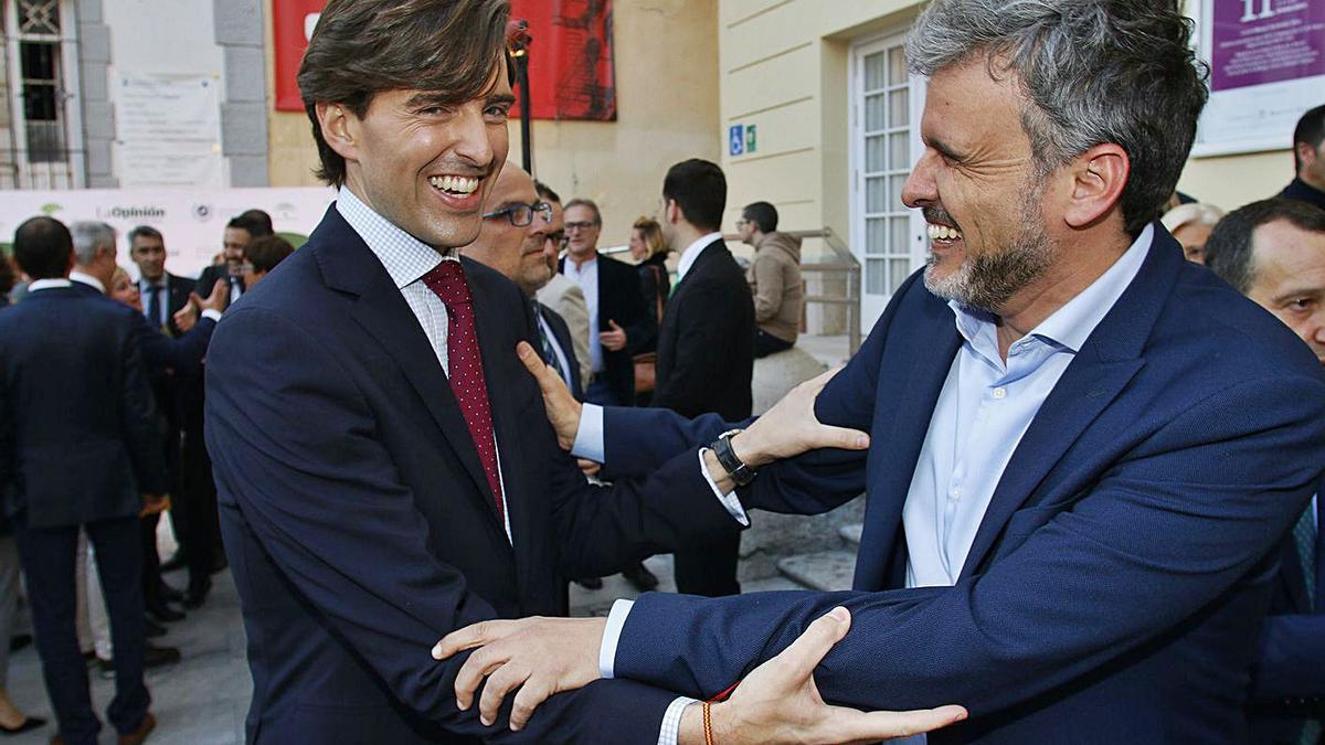 El diputado del PP Pablo Montesinos y el socialista Ignacio López se saludan en una imagen de archivo.    ARCINIEGA