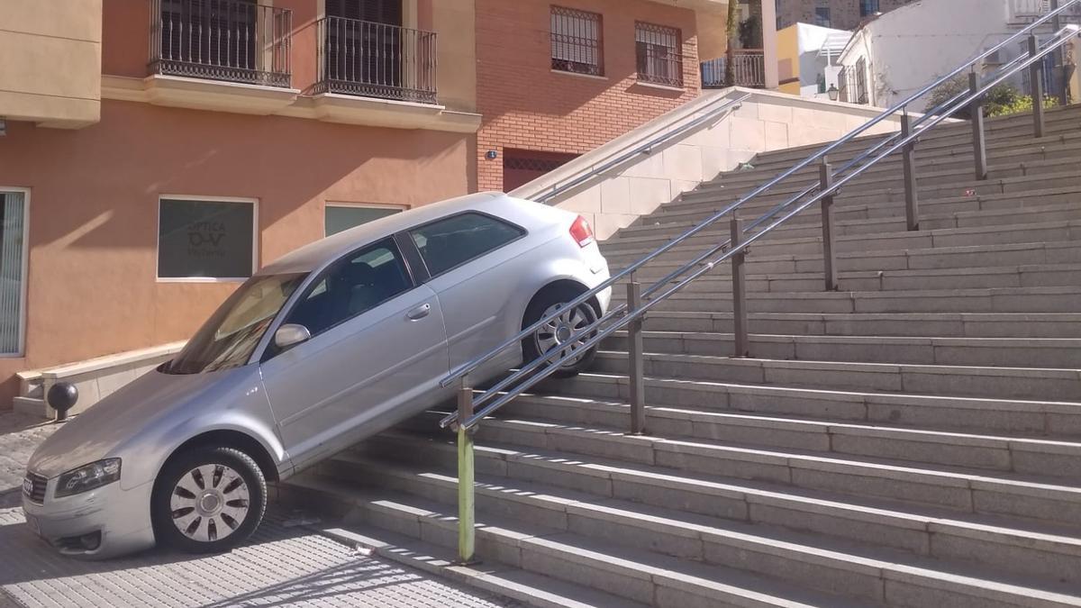 El vehículo, atascado en las escaleras del Santuario de la Victoria.