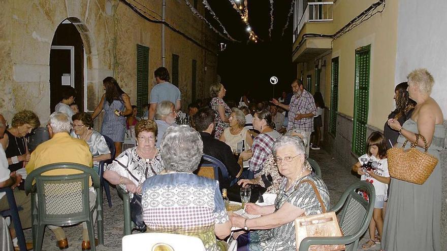 Los visitantes optan de forma masiva por la gastronomía en la 'fireta' nocturna de Consell