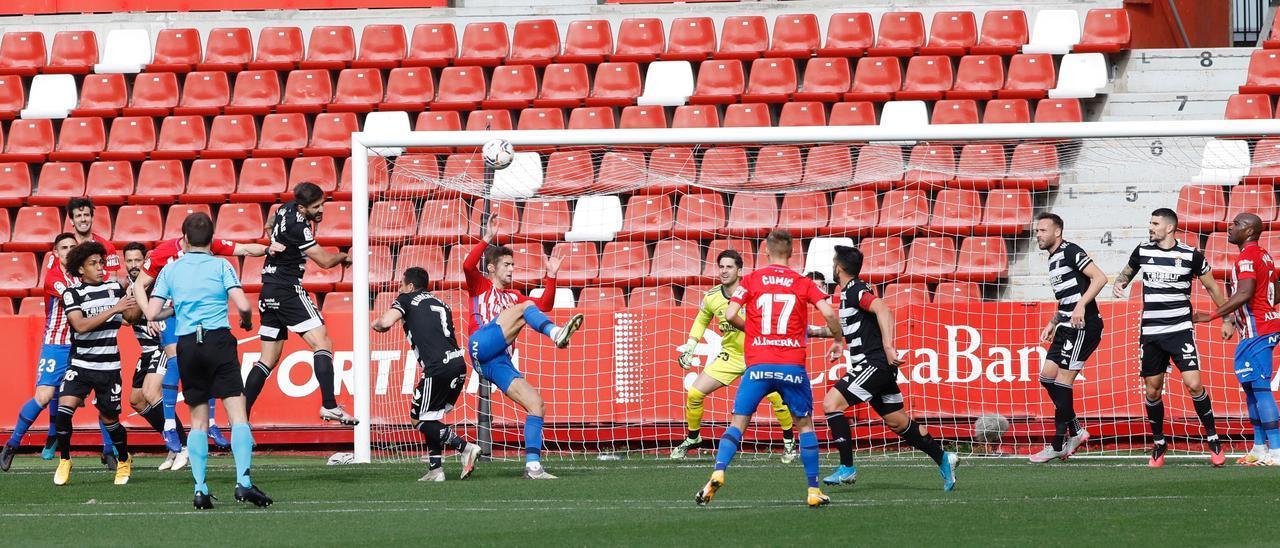 Una acción del Sporting-Cartagena