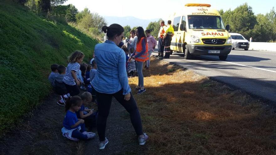 Schulbus fängt auf der Autobahn nach Inca Feuer