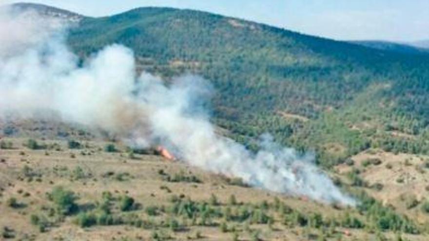 Cinco aeronaves y más de 60 bomberos sofocan un incendio en el Penyagolosa