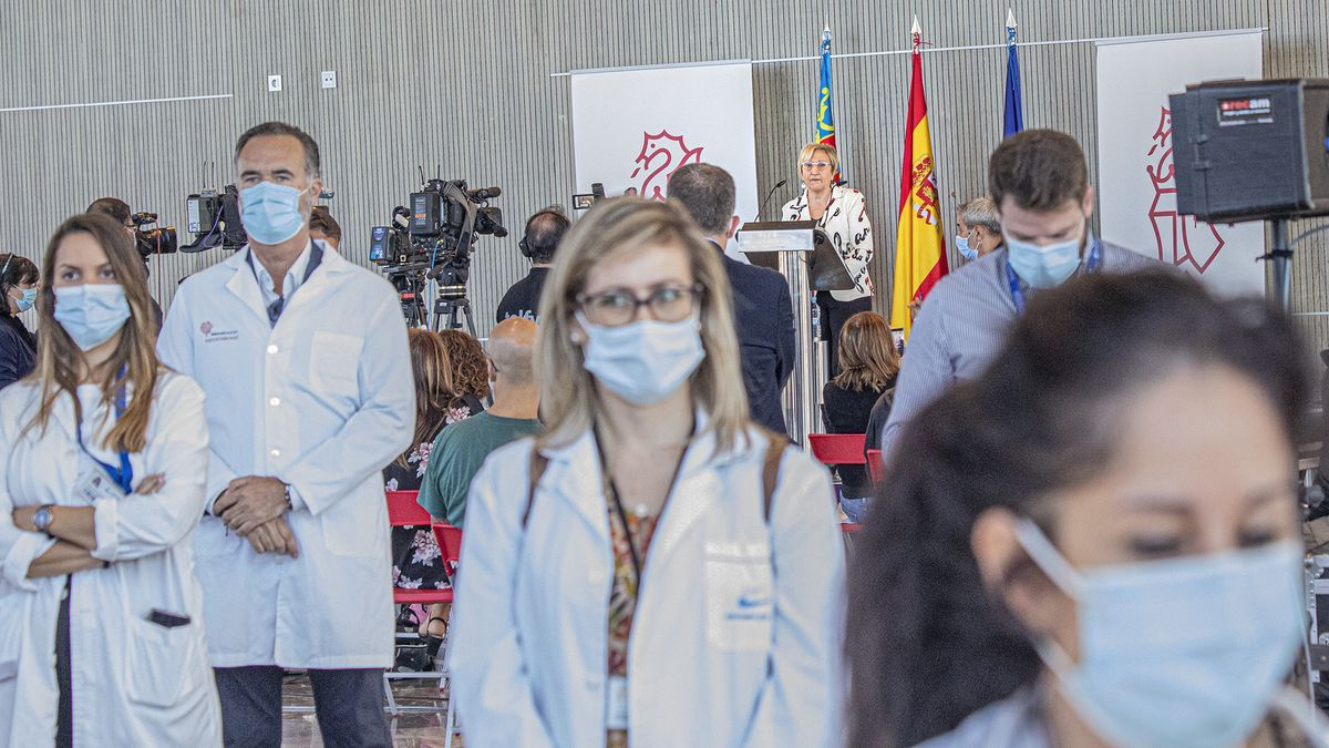 Un grupo de sanitarios dio la espalda el martes a la consellera Ana Barceló cuando anunció el fin del contrato de Ribera Salud.