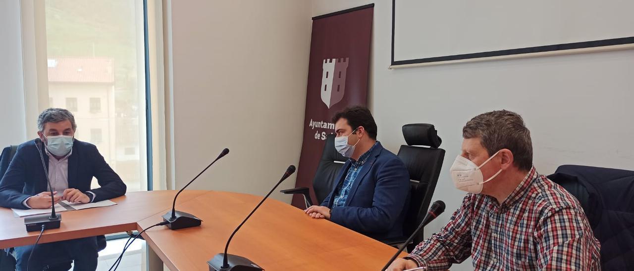 Los Alcaldes de Salas y Tineo, con el consejero Alejandro Calvo.