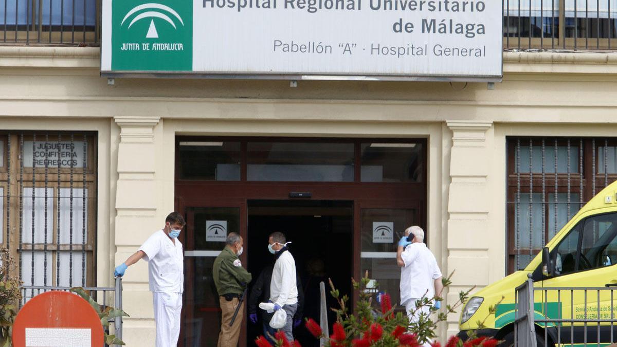 Sanitarios toman un pequeño descanso en la puerta del Hospital Regional