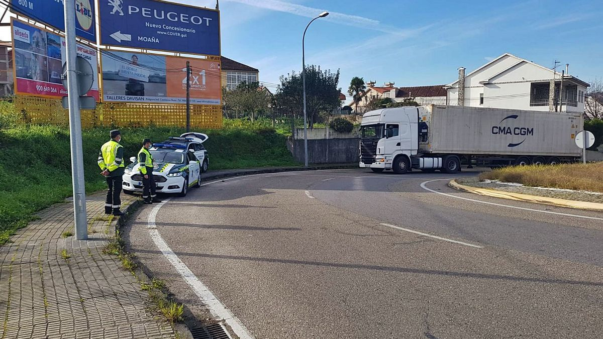 Control de la Guardia Civil de Tráfico, ayer por la mañana, en la Rotonda do Gordo de Cangas.   | // SANTOS ÁLVAREZ