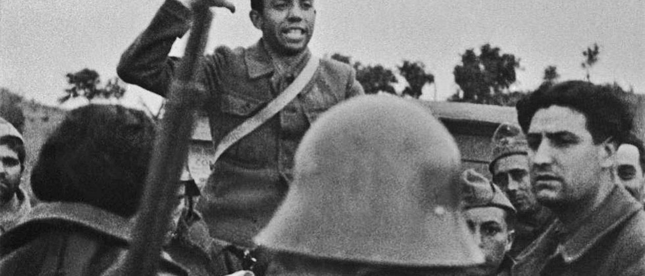 El poeta Miguel Hernández recita en el Frente de Extremadura durante la Guerra Civil. | LEVANTE-EMV