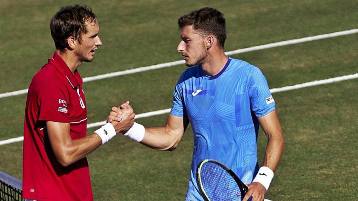 Medvedev y Carreño se saludan al final del partido disputado en la pista central del Mallorca Country Club.   MALLORCA CHAMPIONSHIPS