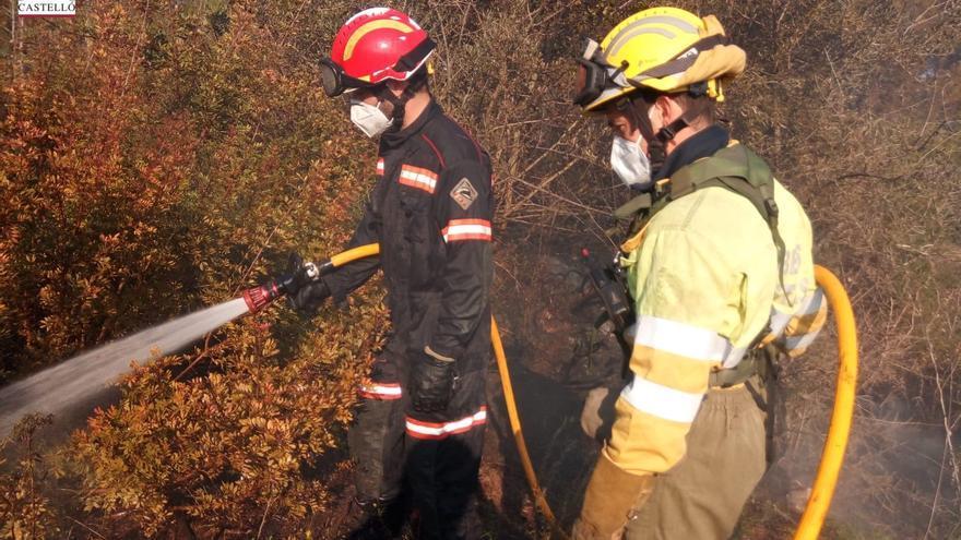 Bomberos extinguen un incendio junto a un conocido restaurante de l'Alcora