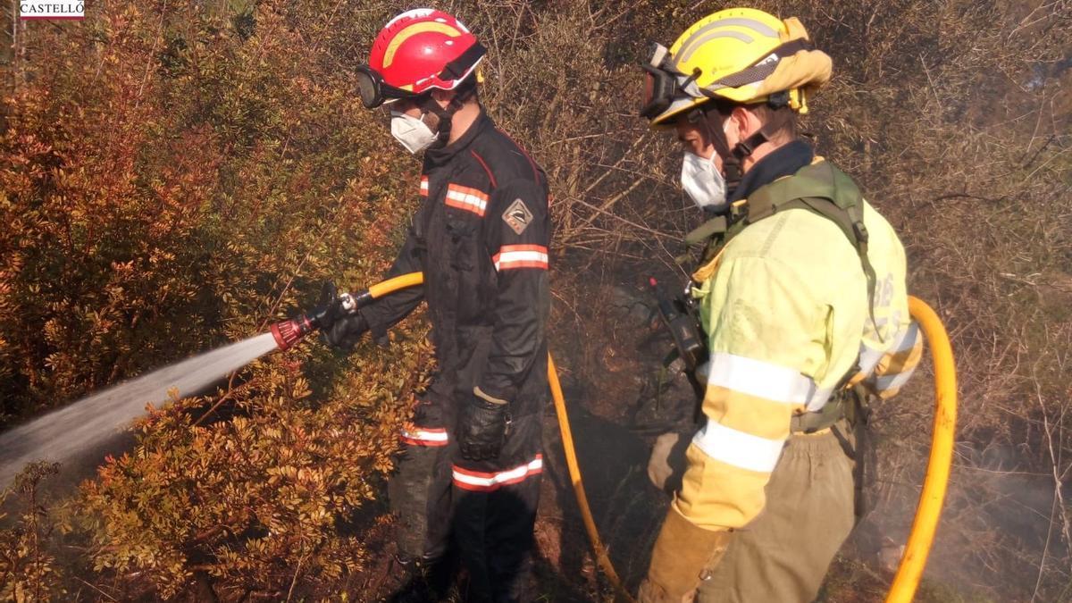 Trabajos de extinción del incendio producido en la tarde de este domingo en l'Alcora