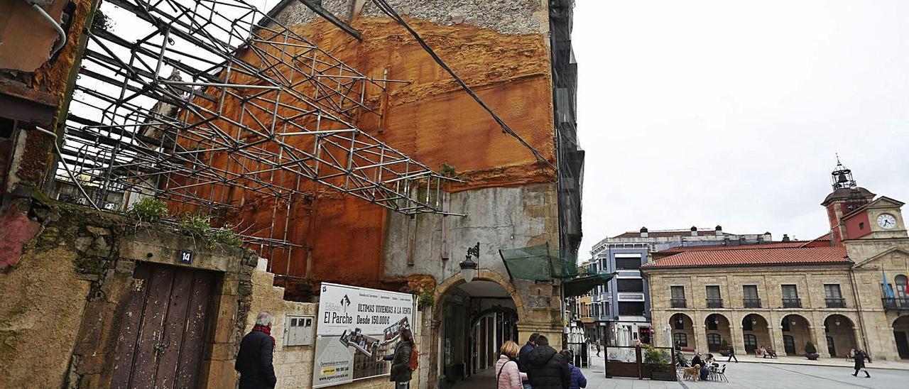 Solar en ruinas en el número 10 de la plaza de España de Avilés.