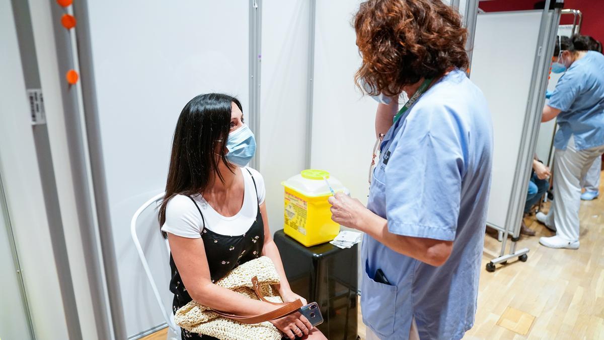 Una mujer recibe la primera dosis de la vacuna de Pfizer.