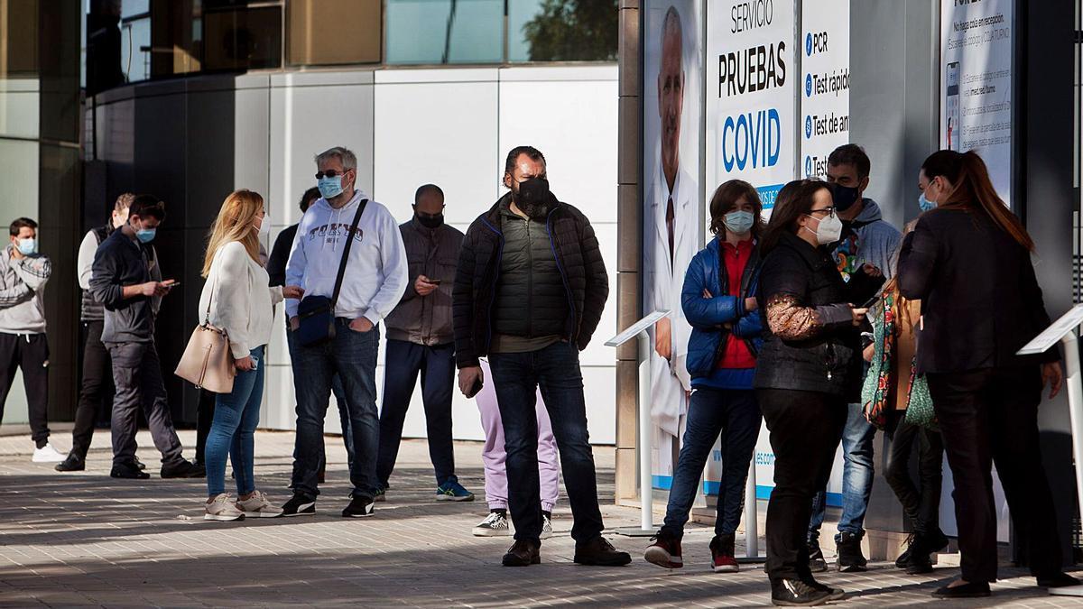 Varias personas esperan su turno para acceder a un hospital privado valenciano y hacerse pruebas PCR antes de Navidad.    LEVANTE-EMV
