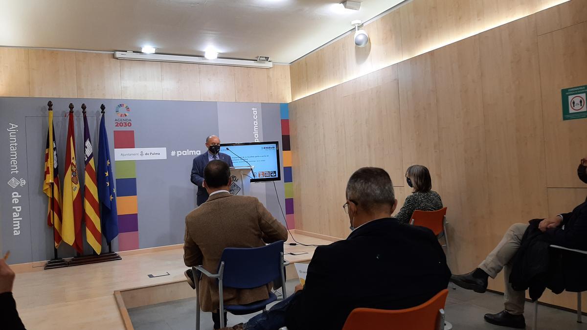 El presidente de ASIMA, Francisco Martorell, junto con el alcalde, José Hila, han explicado la recogida puerta a puerta.