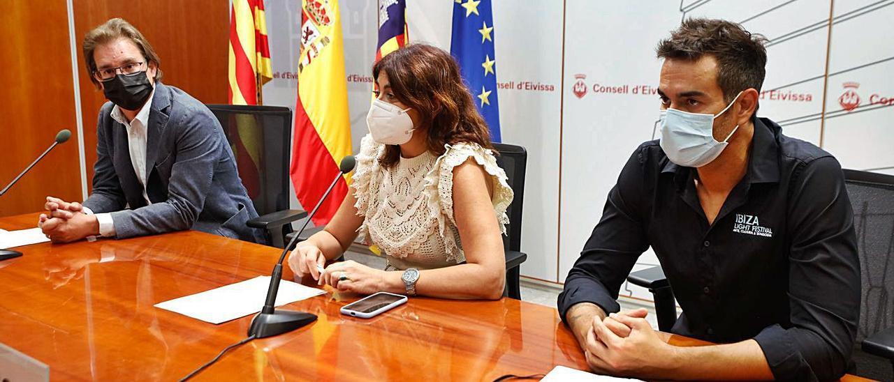 Salvador Losa, Sara Ramón e Iván Domínguez presentan en el Consell el programa del Vuit d'Agost de este año.