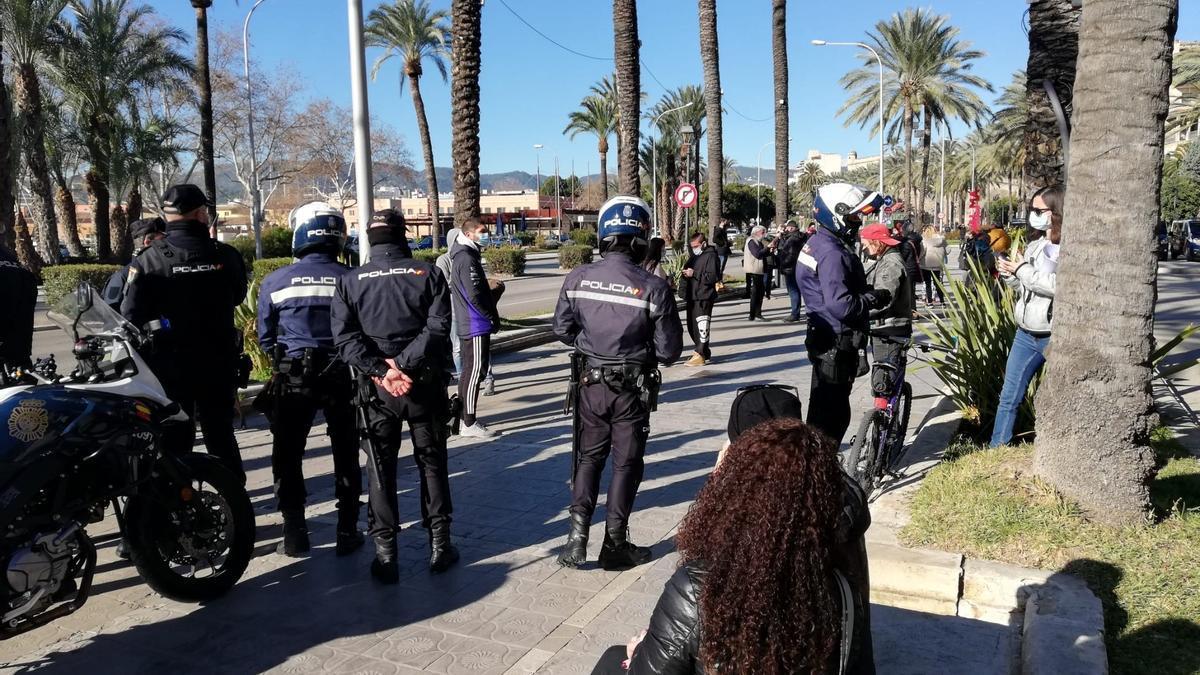 La Policía identifica a unas 40 personas congregadas ante el Gobierno balear.
